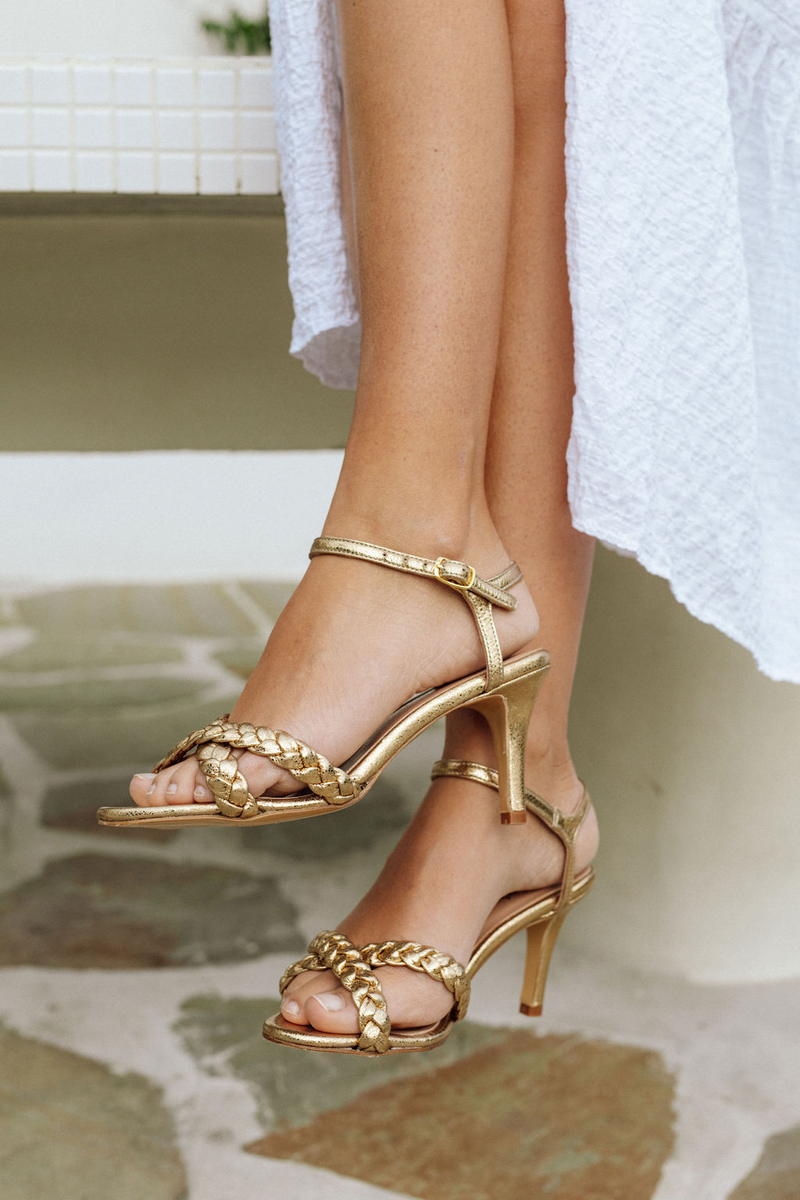 Unsibeaupas Jade Gold Zoom pieds portés robe blanche