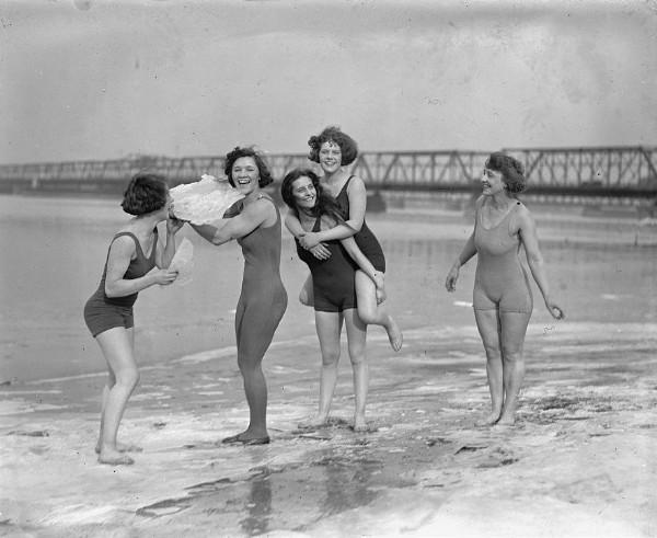 Cinq femmes en maillot de bain sur une plage avec des plaques de glace 1923