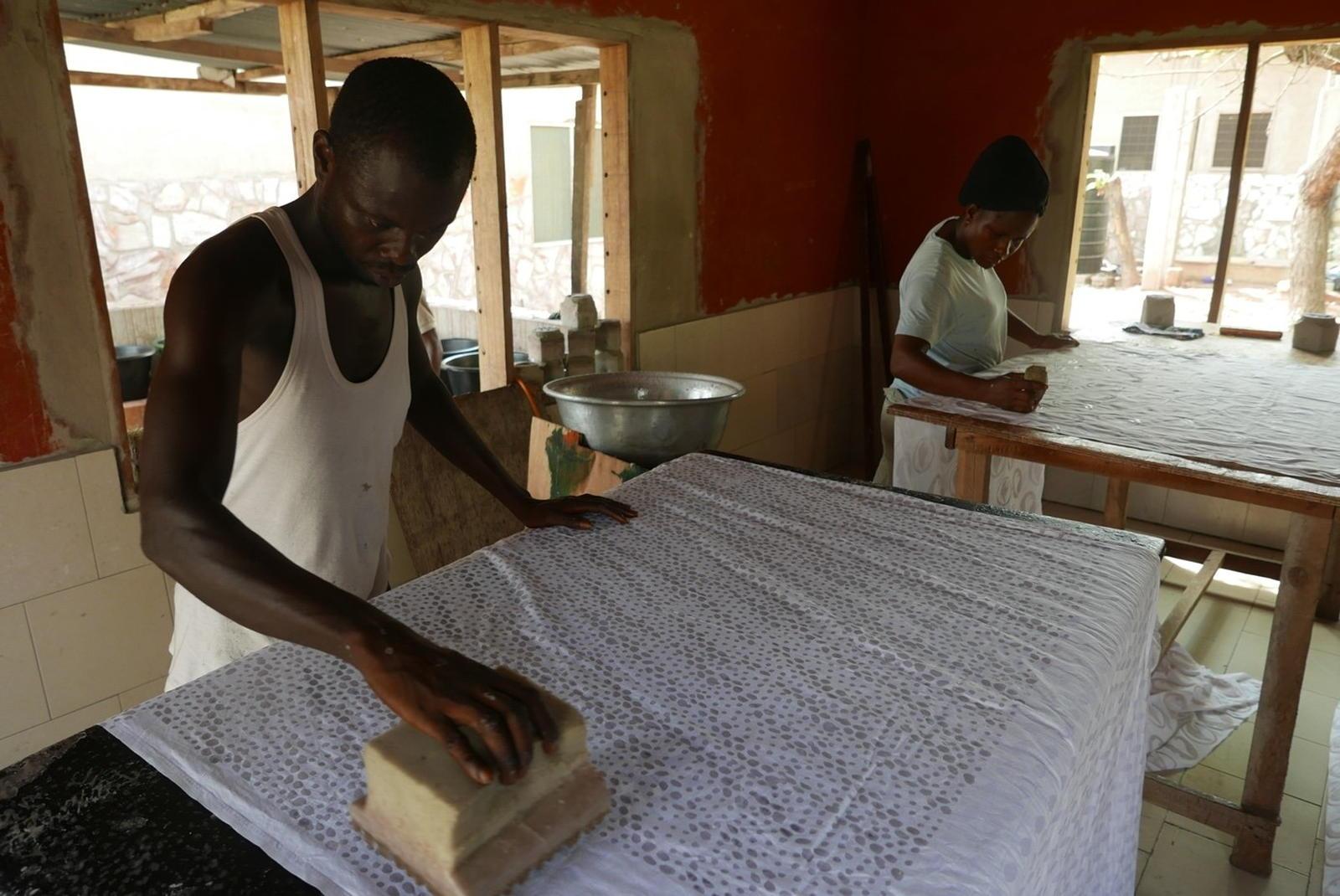 Voyage dans les coulisses de fabrication d'une basket Panafrica - Travail du Batik dans l'atelier d'Esther au Ghana