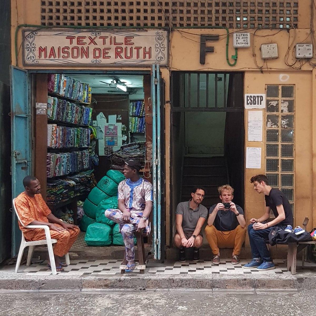 Vulfran (avec l'appareil photo) et Hugues (à droite sur le banc) à Abidjan en octobre 2018