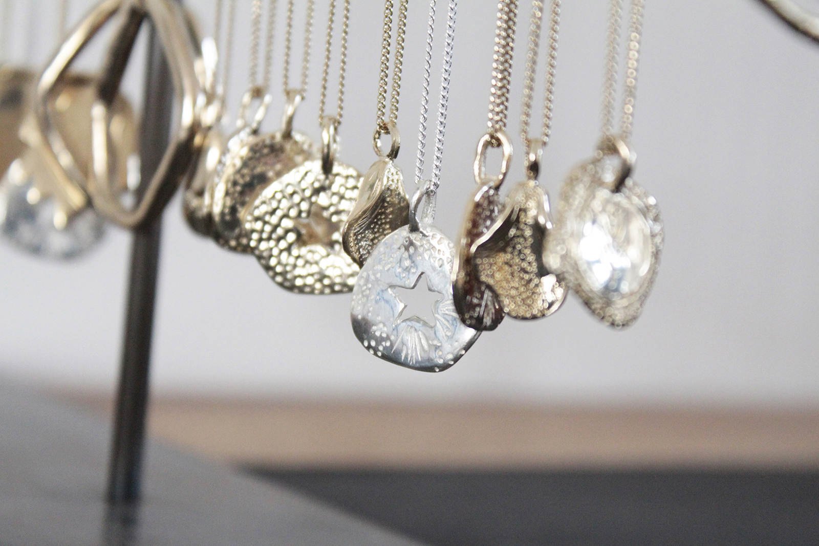 celine-lareynie-bijoux-fantaisie-colliers-en-argent-et-en-or-med