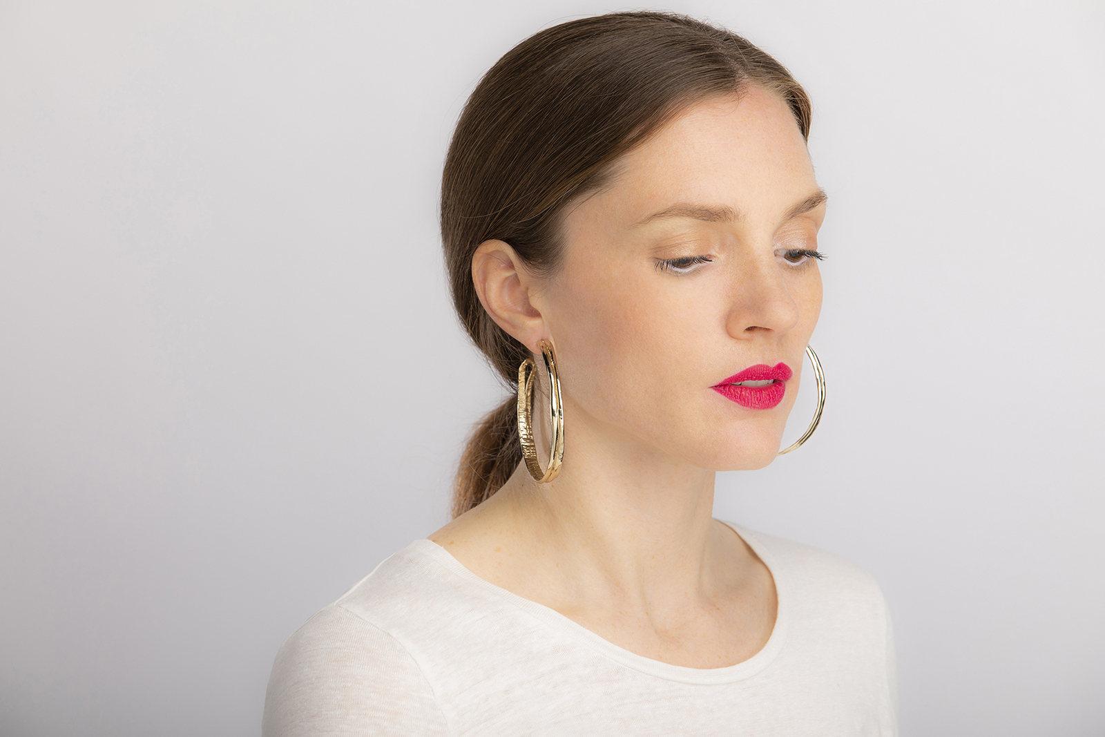 Celine-lareynie-bijoux-fantaisie-grandes-creoles-en-or-portees-p